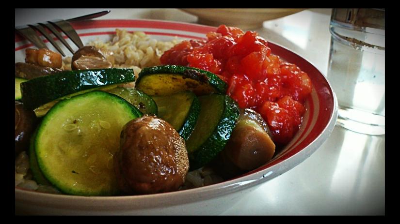 Riz complet, champignons de Paris frais, coulis de tomates et courgettes