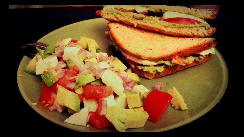 Sandwich avocat, mozzarella, tomate